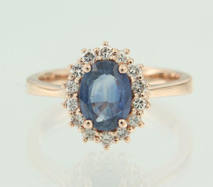 14k rose gouden rozet ring bezet met centraal een ovaal geslepen saffier en aan entourage 14 briljant geslepen diamanten