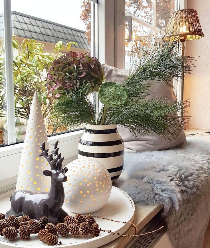 Wir lieben eine schöne Aussicht! Wichtig ist aber nicht nur, was wir außerhalb vomFensterbrett sehen können. Mindestens genauso wichtig: das Dekor. Ein kuschelige Fell, Tannezapfen, dezente Deko-Pieces und eine trendige Vase im Streifenlook. Schon ist Deine Fensterbank der weihnachtliche Blickfang in Deinem Zuhause! // Weihnachten Dekoration Ideen Vasen Fensterbank Gestalten Fell #WeihnachtsDekoration #WinterDeko #Ideen @villatraum_nr_12