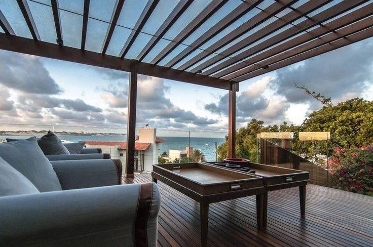 protection solaire pergola pour la terrasse en bois avec meubles tout confort