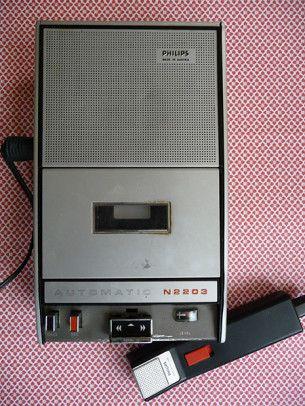 Vintage Philips cassette player and recorder.  Vintage Philips cassetterecorder- en speler met microfoon uit 1973. Perfect functionerend.  Afmetingen: d 11,5 x b 55 x l 20 cm.  Prijs: € 25,-
