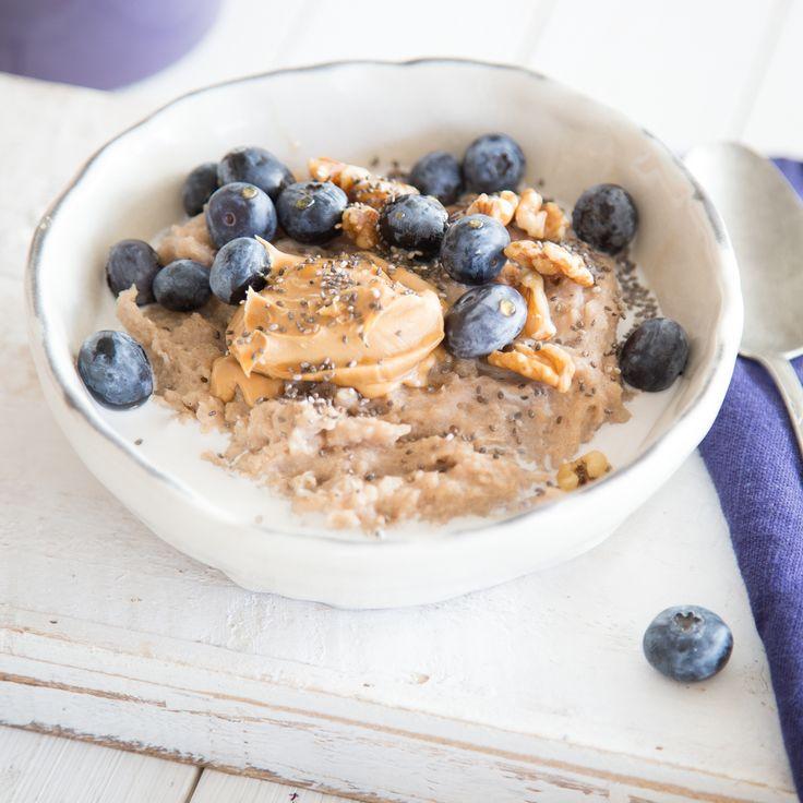 Was schmeckt lecker, macht lange satt und ist gesund? Genau! Dieses wunderbare Buchweizen-Porridge, getoppt vonChia-Samen, Mandelmus, Walnüssen und frischen Blaubeeren. Geballte Power in deiner Schüssel vereint!