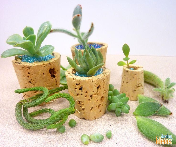 Que adora mini vasos? Olha que genial esta ideia de usar rolhas para as suculentas! <3