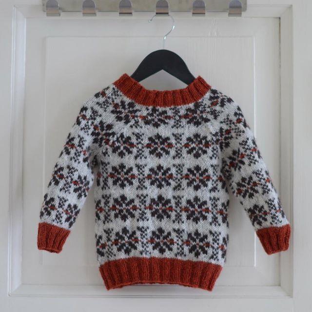 Bortsett fra at jeg har et problem med dobbel, sentrert felling så begynner denne genseren å ligne et ferdig mønster. #vinterstorm #genser #strikking #knitting #designersofinstagram #pinneguridesign #wool #woollove #ull #strikkingforbarn #ask @hillesvagullvarefabrikk