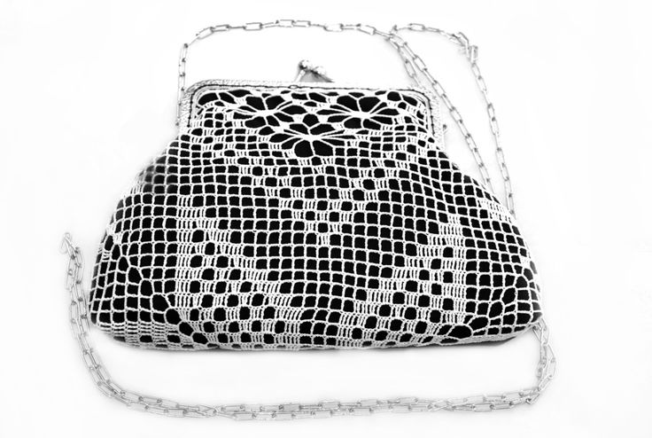 Black cotton fabric has been mixed with white lace. It is a romantic and elegant bag with clutch and chain. Size: 13 x 19 cm