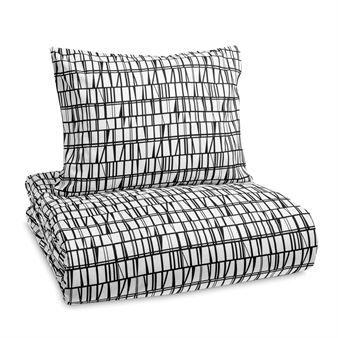 De grafische Coronna dekbedset van Finlayson is een ware klassieker! Het tijdloze patroon is ontworpen doo Aini Vaari in 1958 en reflecteert de glorie van de jaren '50 slogan: 'De schoonheid van het alledaags leven'. Een geometrische prent zal nooit uit de mode gaan en is ook nog eens een stijlvol detail in de slaapkamer! Coronna is geschikt voor elk interieur en het zachte katoen garandeert een goede nachtrust!