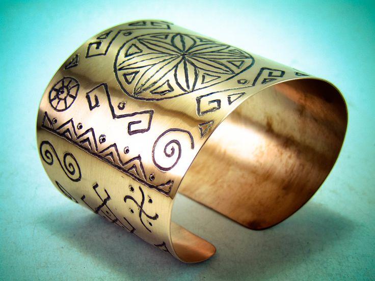 Bratarile din cupru sunt create si gravate manual pentru fiecare persoana in parte, respectiv dimensiunea incheieturii mainii . Simbolurile gravate manual sunt creatii personale respectiv sunt sugerate de persoanele pentru care am creat . Aici pe site gasiti mai multe lucrari : http://hadarugart.weebly.com/