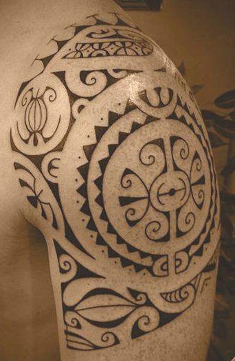 Tattoo de Symbole Polynésien Marquisien sur l'Épaule pour l'homme