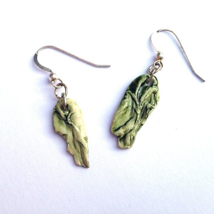 Örhängen, gröna löv av porslin med silverkrok