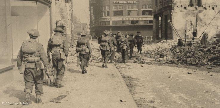 Canadese soldaten rukken via de Guldenstraat op naar het centrum tijdens de bevrijding van Groningen. Lees meer over de bevrijding op: http://www.deverhalenvangroningen.nl/alle-verhalen/de-bevrijding-van-groningen