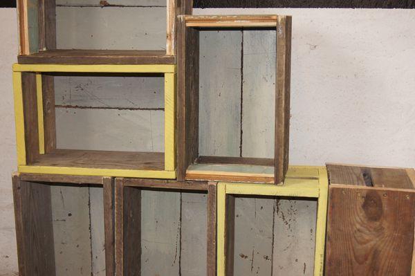 Reol af opbevaringskasser - ølkasser af genbrugstræ - gule trækasser - rå trækasser