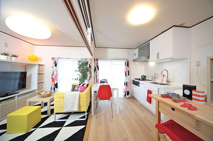 イケア・ジャパンと独立行政法人都市再生機構(UR都市機構)は2月13日から、首都圏、中部、九州で、イケアのキッチンやカラーコーディネートを採用したリフォーム物件の賃貸募集を開始する。  昨年2月から神奈川で、両社の取り組みとして「イケアとURに住もう。」を開始し、イケアキッチン付きの新プランとして「リデザイン住宅」を供給する。実際に賃貸するのは家具のない部屋だが、家具や食器などを含めたモデルルームを提案することで、これまでの団地のイメージと異なる部屋や大きな改修をしなくても部屋の雰囲気を変えることができるなど、暮らし方そのものを提案したいという。イケアとURに住もう。