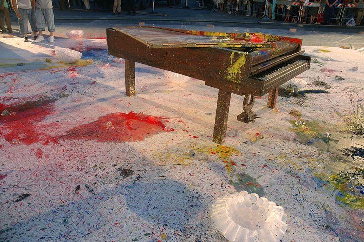 Shozo Shimamoto, Performance with coups, Un'arma per la Pace , P.zza Dante, Napoli 2006, Foto Fabio Donato, Courtesy Fondazione Morra
