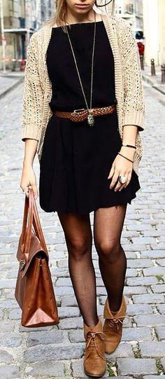 vestido negro con medias trasnparentes y botitas marrones igual a la cartera. saco color natural, muy lindo conjunto