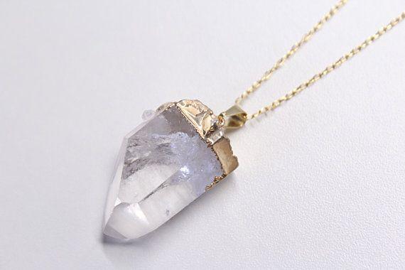 Collier : « Rock »  Pendentif de cristal de roche brut, enrobé de plaqué or 18k, sur une chaîne en or 14k. Un bijou élégant et raffiné