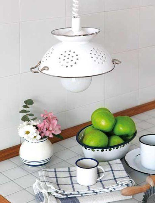 Original lampara fabricada con un escurridor http://www.decoratrix.com/reciclar-objetos-cotidianos/84374/#