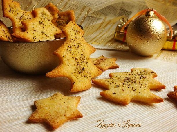 Questi crostini di pane natalizi a forma di abete o di stella sono una ricetta sfiziosissima, perfetta per arricchire la tavola delle feste.