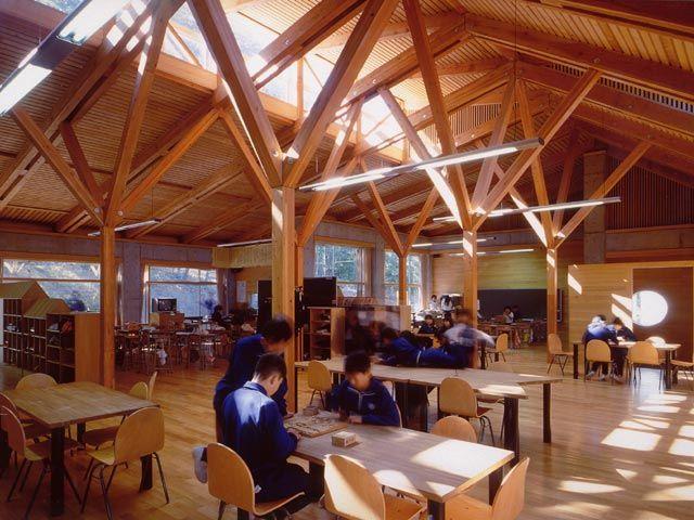 棚倉町立社川小学校(たなくら・やしろがわ)(近藤道男)(福島県、1998年)は、クラスルーム、オープンスペース及びテラス等を、低、中、高学年ごとにまとめたユニットとし、各ユニット、多目的ホール及び屋外劇場を、中庭を巡るスロープで結んでいる。