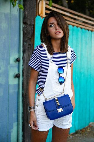 Weißes und dunkelblaues horizontal gestreiftes T-Shirt mit Rundhalsausschnitt, Weiße Kurze Latzhose aus Jeans, Blaue Leder Umhängetasche, Blaue Sonnenbrille für Damen