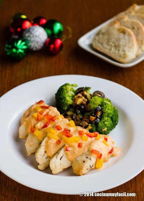 Para sorprender a tus invitados sin gastar de más: pollo en crema de pimientos para Navidad y Año Nuevo http://cocinamuyfacil.com/pollo-en-crema-de-pimientos-receta-para-navidad/