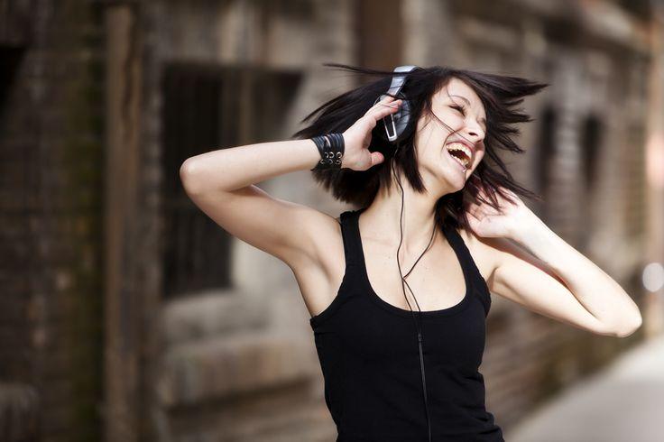 Dat muziek je humeur beinvloedt is vast geen verrassing. Maar dat er muzieknummers bestaan die aantoonbaar en wetenschappelijk aangetoond GOED zijn voor je humeur, was dat voor ons wel. Dus hier zijn ze dan (mét videoclips): 10 feelgood nummers die