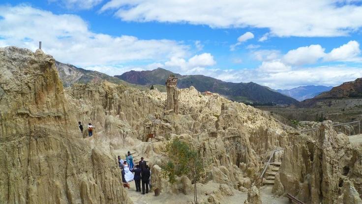 Uma opção interessante de passeio em La Paz é ir ao Vale da Lua (Valle de la Luna). Esse lugar é uma série de formações rochosas bem peculiares, formando cânions. O lugar tem esse nome porque as formações são tão diferentes que parece se estar na lua. Esse passeio dura cerca de uma hora para percorrer todo o caminho (há uma trilha com algumas pontes).