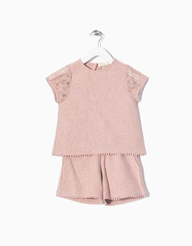 Conjunto blusa e calções em renda. T-shirt com detalhe na bainha.Calçoes com bolsos e fecho invisível lateral.