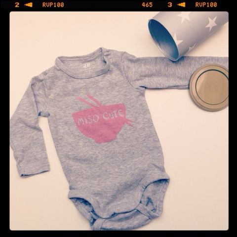 Streken van Miss Steek: Expecting a girl! rompertje sjabloneren met pinterest ideetje