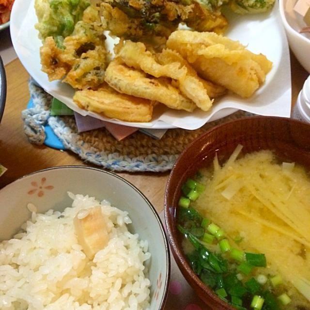 タケノコずくし、ご飯にタケノコ少ないのはつまみ食い - 9件のもぐもぐ - 筍ご飯、筍の味噌汁、春野菜と筍の天ぷら by Tomoko  Kawahara