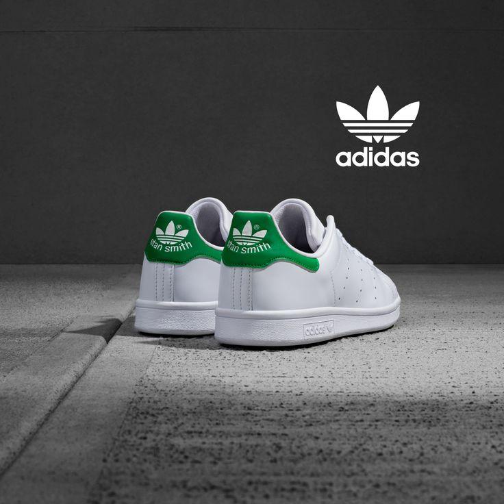 Το Stan Smith είναι το απόλυτο sneaker της Adidas και ίσως το πιο αναγνωρίσιμο στον κόσμο,το λευκό τους χρώμα με τις χρωματικές λεπτομέρειες στο πίσω μέρος συνδυάζεται πανεύκολα με κάθε είδους απόχρωση.