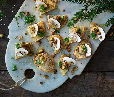 Recept: Champinjonpastej på bakad rotselleri med pistagenötter