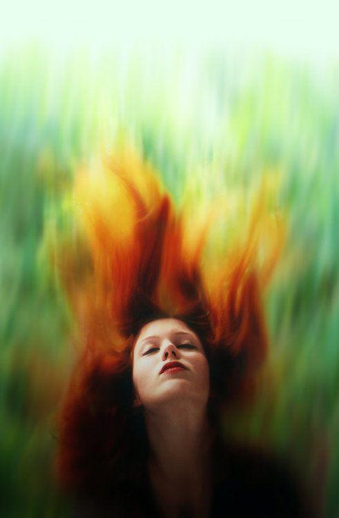 Flame on by *diana-irimie. Zij heeft haar inspiratie van andere plaatjes vandaan gehaald, en wilde het zelf ook een keer proberen om haar haar in vlammen te laten lijken. Ik vind het heel erg mooi dat alleen het gezicht scherp is, en dat de rest mooie overlopende kleuren heeft. De positie van het gezicht vind ik ook bijzonder