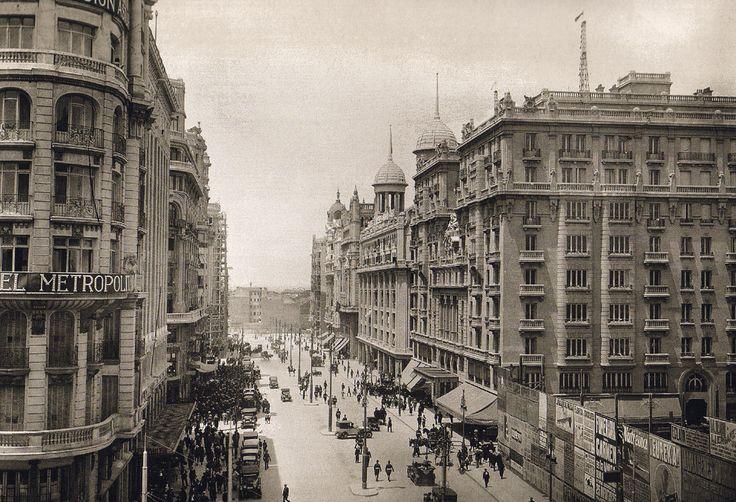 Gran Vía hacia 1925. A la dcha., vallas de protección de la construcción del edificio de telefónica. Madrid
