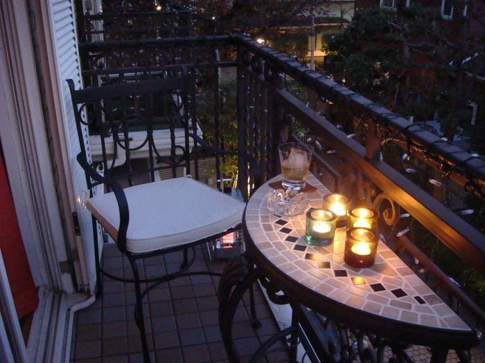 本当に狭そうなベランダですが、このアイディアは素晴らしいと思いました。 カウンター式のテーブルがとてもオシャレですよね♡