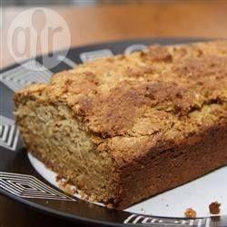 Glutenfreies irisches Soda Bread ohne Hefe - Dieses Soda Bread wird mit Tapiokamehl und Reismehl anstelle von Weizenmehl gebacken. Es schmeckt recht süß und besonders lecker frisch aus dem Ofen. @ de.allrecipes.com