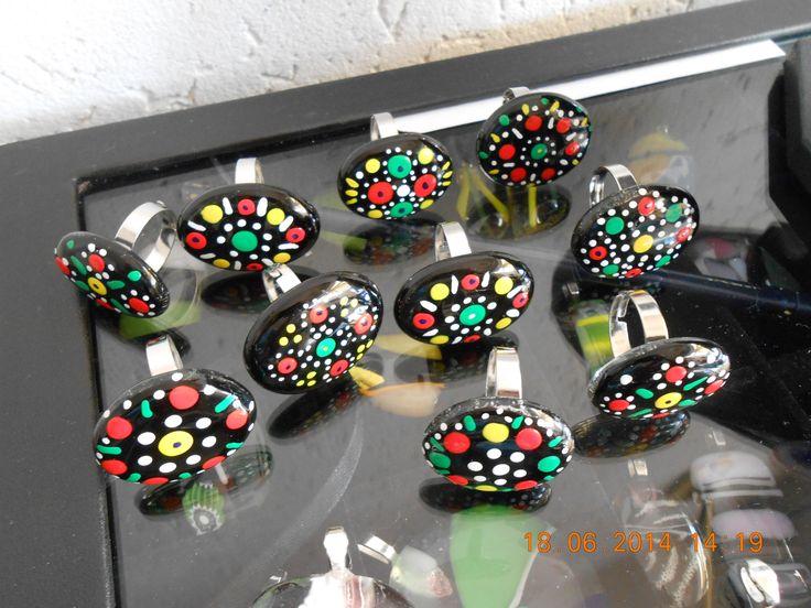 Zelfgemaakte ringen van glas met staphorster stipwerk.Gemaakt door Janny Stegerman