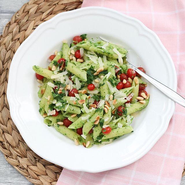 Pastasalade met pittige avocado pesto  https://marielleindekeuken.nl/2016/10/29/pasta-salade-met-pittige-avocado-pesto/  #pastasalade #avocado #tomberry