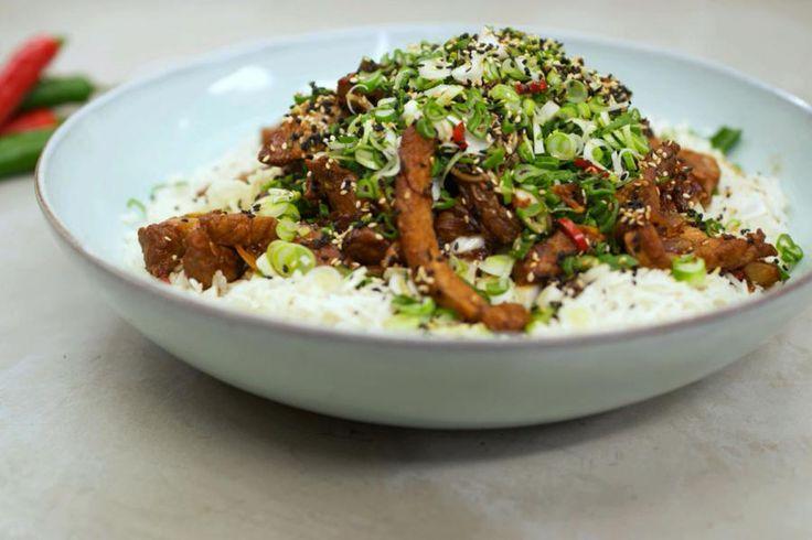 Vlamingen houden van varkensvlees. Je kan er alle kanten mee uit in de keuken: van oerklassiek tot hedendaags. Het vlees is ook ideaal om er een stukje van de wereldkeuken mee op de tafel te zetten. De inspiratie komt uit Azië. Jeroen marineert varkensreepjes die nadien in de hete wok belanden. Het kruidige vlees serveert hij met gestoomde Chinese kool en aromatische gemberrijst. Serveer het gerecht in één grote schaal en schep de borden vol aan tafel.