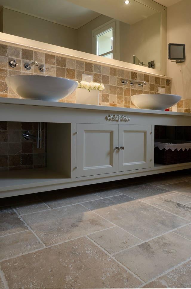 Rivestimento bagno in tozzetti 10×10 di travertino  http://italystonemarbe.com  www.pietredirapolano.com