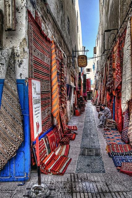 Morocco. 'Medina of Essaouira'. Photograph by Fil.ippo. Jo ho proposaria, abans de tantes botigues de mòbils, de catifes, d'artesania, de ceràmica, qualsevol cosa amb una mica d'encant! el Raval el tenen oblidat!