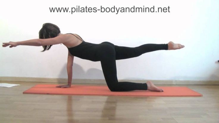 Video con 5 semplici esercizi di ginnastica per la schiena spiegati in italiano. Questi esercizi di Matwork Pilates possono essere realizzati comodamente a c...