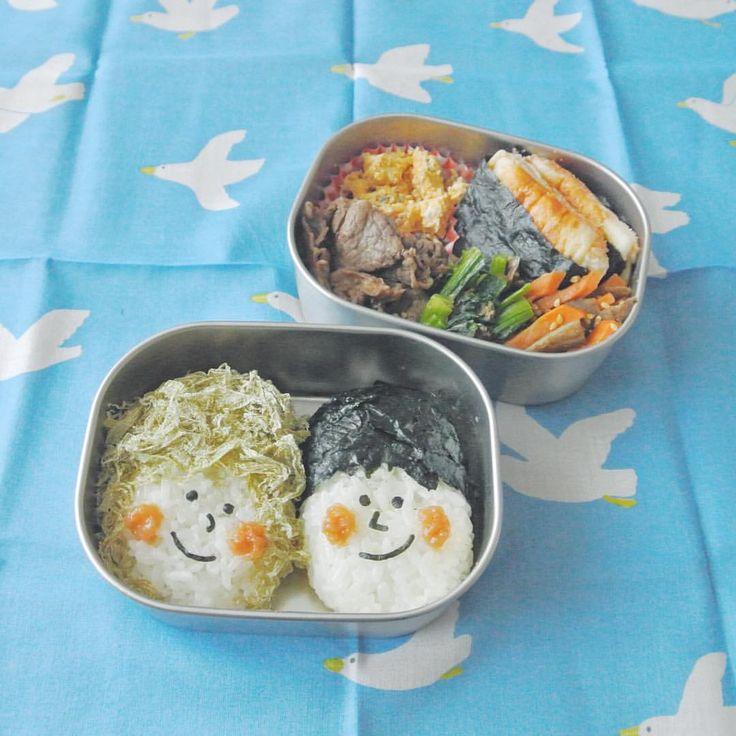 おにぎりカップル弁当おにぎりは梅塩と昆布塩でにぎっています . はんぺんのチーズたらこサンド、梅入り炒り卵のサラダ、ほうれん草のおかか和え、きんぴらごぼう、焼肉 . fish cake sandwich with cheese & cod roe, egg salad with ume, boiled spinach mixed with finely chopped katsuobushi, kinpira-style sauteed burdock,YAKINIKU . #弁当 #bento #お弁当 #暮らし #お昼ごはん #lunch #ランチ #料理 #Cooking #life  #Japanesefood #meal #lunchbox #vscocam #手作り弁当 #サラメシ #riceball #工房アイザワ # #おにぎりレパートリー #キャラ弁 #大人のデコ弁 #顔弁 #デコ弁 #deco #face #おにぎり #couple  #ハンカチ #AIUEO