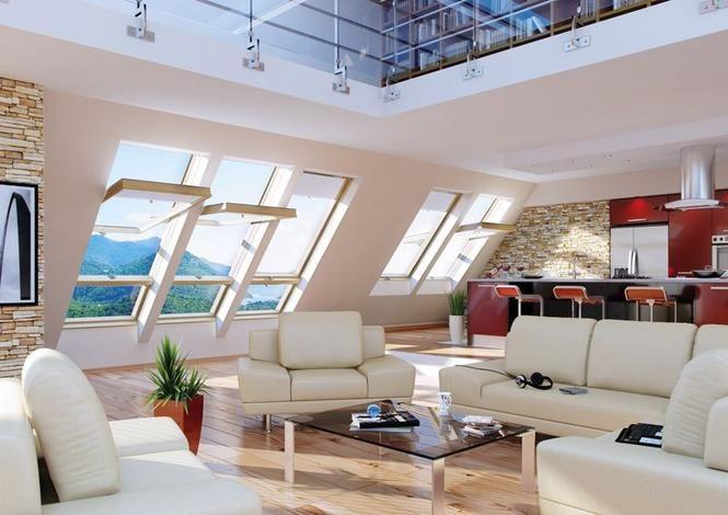 Okna obrotowe w salonie na poddaszu.Wykończenie na ścianach i piękna podłoga