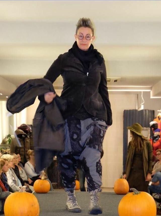 Broek bestaat uit 2 lagen, de bovenste laag is transparant, onder het prachtige mat fluwelen jasje zit een lang grijs/zwart gestreept t shirt met rits, alles Rundholz en schoenen van Palladium