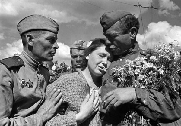 https://www.google.com/search?q=фото победа ВОВ женщина мужчины