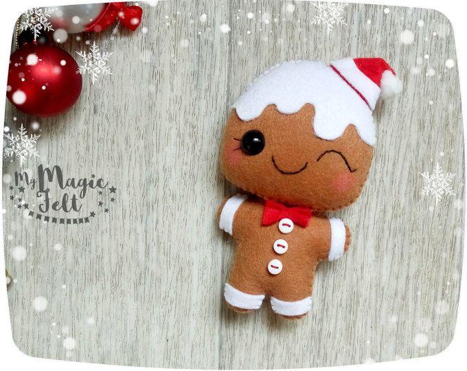 Ornamentos de la Navidad Santa y Señora Claus adornan fieltro Santa ornamento para árbol de Navidad decoraciones acentos de Navidad decoraciones de Navidad  Este artículo es hecho por encargo (3-4 semanas para la fabricación de)  Adornos tiene un lazo para colgar (aproximadamente 3 pulgadas de longitud).  ● Dimensiones - pulgadas cerca de 4.2 y 4.4 ● Hecha de fieltro poliéster de alta calidad respetuosos del medio ● llena delicadamente con relleno de fibra de poliester ● 100% hecho a mano…
