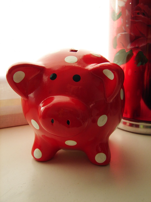 Red spotted Piggy bank. Your favourite piggy banks: http://www.helpmetosave.com/2012/02/piggy-bank/
