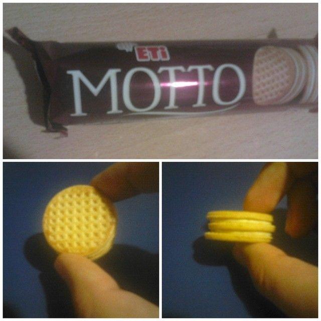Eti'den bir ilk: Çift Katlı Sütlü Kremalı Bisküvi #Motto! Yumuşak bisküvi ve ağzınıza ilk attığınızda bu da ne diyeceğiniz bir ürün… Üstünde Melas Şurubu var ve bu da fark yaratıyor. Reklamlarında güzel bir kadın figürü ya da dupleks bir ev görebiliriz. :)