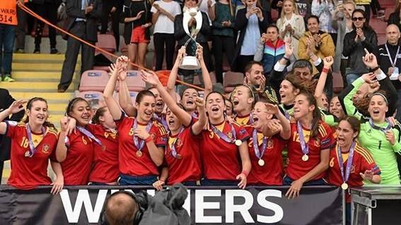La Selección Española Femenina de Fútbol sub-17 ha conseguido alzarse con el Europeo al vencer a Suiza por 5-2 en la final. Con esta victoria, las chicas han obtenido tres campeonatos, dos subcampeonatos y un tercer puesto en siete ediciones. Unas cifras que, sin duda, se merecen una recompensa. ¡Enhorabuena desde Atmósfera Sport!