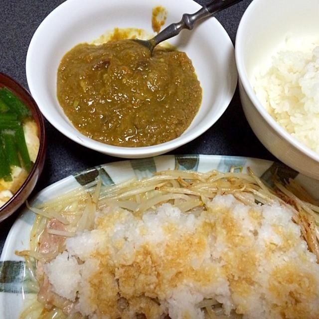 こんな時間にお腹いっぱいぱいにしてしまった #夕飯 - 5件のもぐもぐ - 豆腐ニラ味噌汁、白米、カレー、おろし豚モヤシ。 by ms903