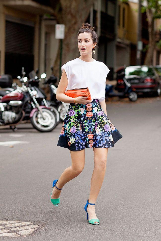 Saia floral + top de seda + salto colorido ---- floral skirt + silk blouse + colorful high heels